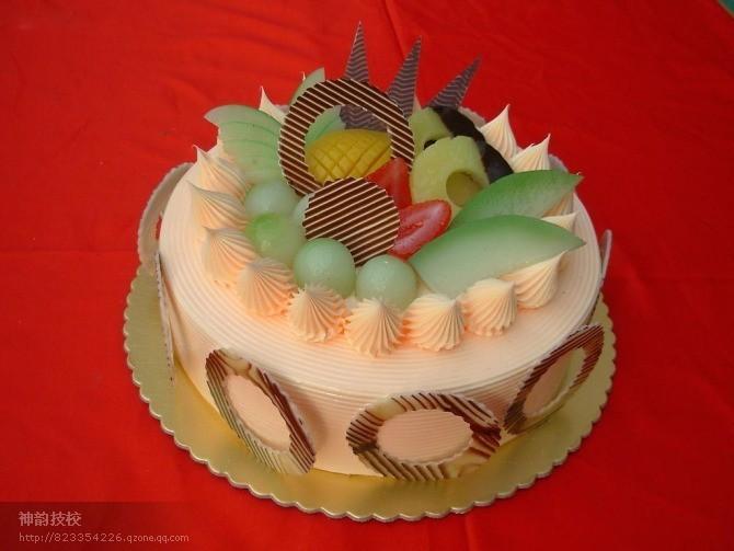 生日蛋糕培训班 培养目标:以培养高级蛋糕裱花师为目标、在基础蛋糕裱花课程上,系统学习各式流行的蛋糕裱花制作工艺流程。 授课内容:系统传授裱花工艺制作及要领掌握;各种裱花蛋糕和花卉造型、色彩搭配、裱花基本手法、喷枪使用、花边组合、立体小汽车造型蛋糕、立体寿桃造型蛋糕、立体卡通人物造型蛋糕、欧式水果蛋糕制作、立体花篮造型蛋糕、德式流派、十二生肖制作以及立体十二生肖制作、冰淇淋制作、花色果冻蛋糕、花色摩司蛋糕、花色小西点制作等技术。 蛋糕裱花培训班/神韵艺术蛋糕培训学校/西点培训学校 蛋糕裱花培训学习对象:面向