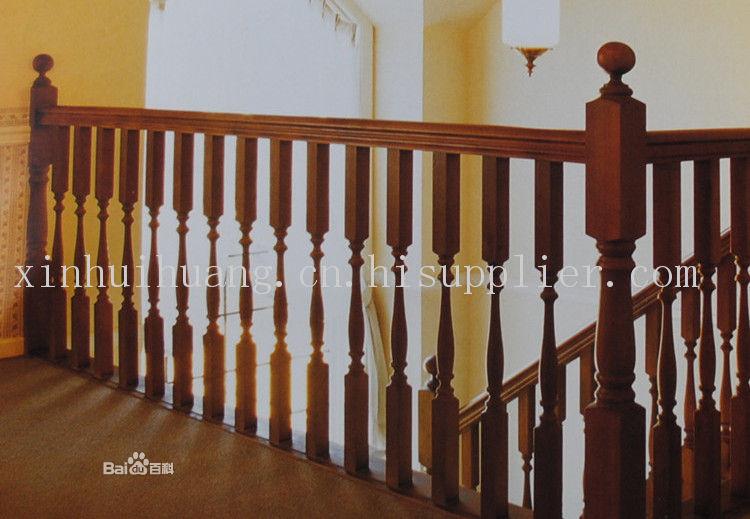 实木楼梯扶手 首选鑫辉煌 实木楼梯扶手采用全实木材料,当前国内最常用的实木扶手材料有獐子松、橡胶木等。实木楼梯扶手的外形主要有龟背式和椭圆形。实木楼梯扶手一般配套在酒店大堂等公共场所的护栏扶手或和实木楼梯配套使用。实木楼梯的木质纹理和触感是其他材料所不能替代的。