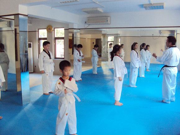 厦门天天向上文化艺术中心的主推课程跆拳道培训不同于一般跆拳道的练习方法与特点,我们的特色,以跆拳道教学为主,武术动作为辅,结合散打实战优势,训练一批能演出,能比赛,实战能力强的全能人才。有了强健的身体,才能更好地学习和工作,才能享受高品质的生活,也才能有旺盛的精力面对日益激烈的社会竞争。让学员在训练中学习礼义廉耻的精神、忍耐克己的品质以及百折不屈的意志。