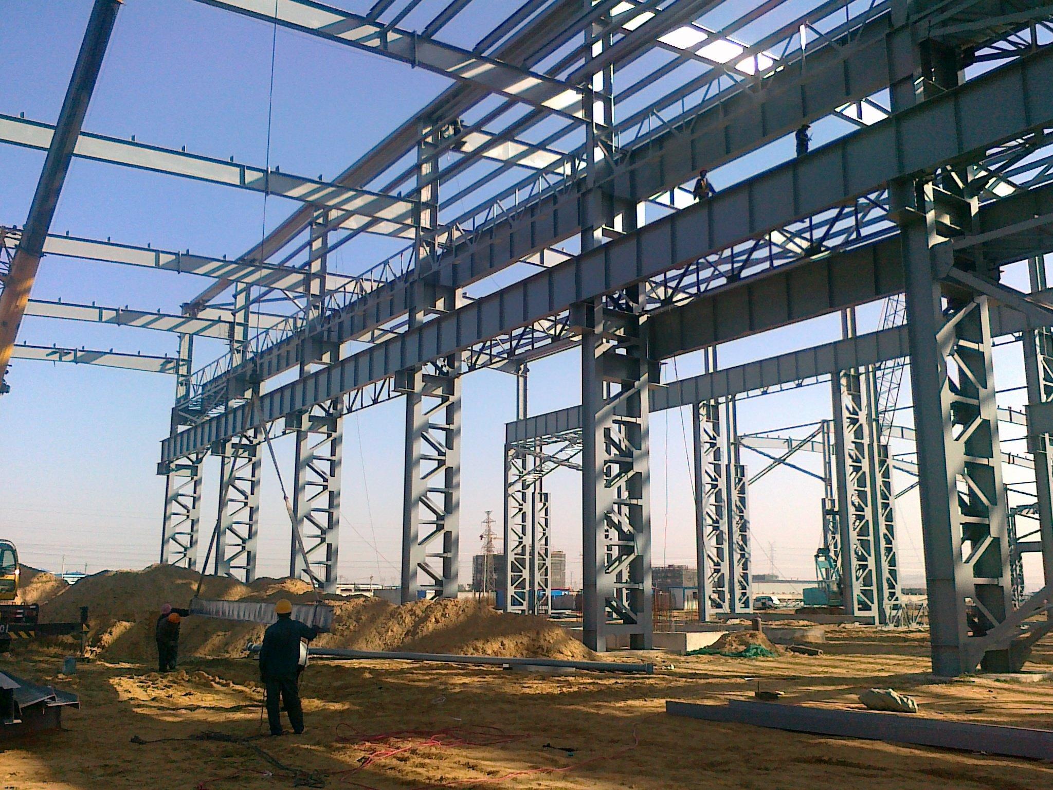 结构主要由型钢和钢板等制成的钢梁,钢柱,钢桁架等构件组成,各构件或