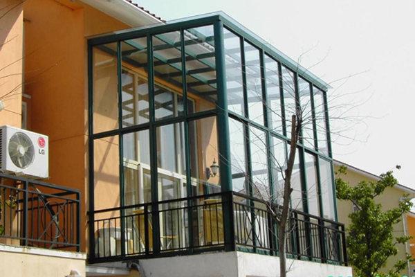 厦门铧兴阳光房工程部设计制作的阳光房外观美观,流畅,采用的材料
