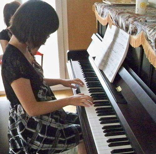 成人弹钢琴出现错音怎么调整?