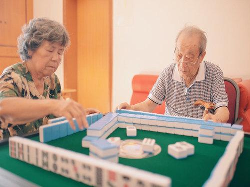 乐山养老院内老人们打麻将休闲