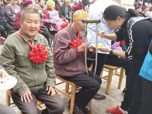 乐山嘉州养老院为老人庆祝生日会