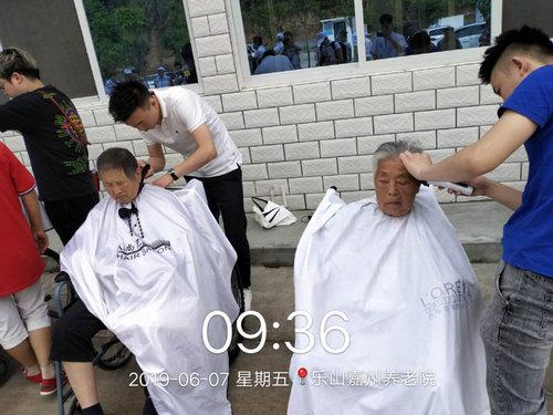 乐山老年社区(嘉州养老院)老人们理发